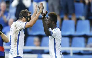 Amath celebra su gol ante el UCAM con Carlos Ruiz.