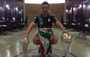 Pedro Caixinha, con los tres trofeos que ganó con Santos Laguna.