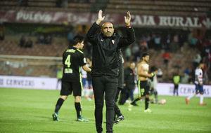 Abelardo (46) saluda a los aficionados del Sporting tras el partido...