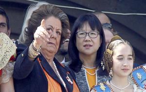 Rita Barberá junto a Lay Hoon, presidenta del Valencia, esperando...