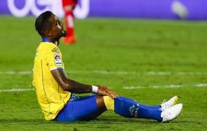 Prince Boateng, sentado en el césped durante un partido