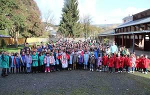 Los jugadores del Lugo con escolares de la comarca de Meira
