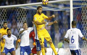 Sergio Mora intenta rematar de cabeza durante el pasado partido en...