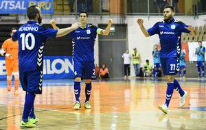 Ricardinho, Ortiz y Bruno Taffy celebran un gol en la UEFA Cup.