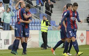 Los jugadores del Huesca celebran uno de los goles ante el Oviedo en...