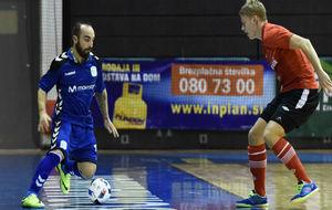 Ricardinho conduce el balón durante el partido contra el Era Pack...