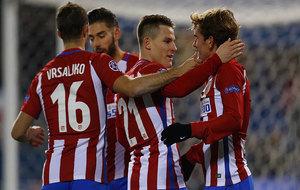 Los jugadores del Atlético celebran un gol contra el PSV.