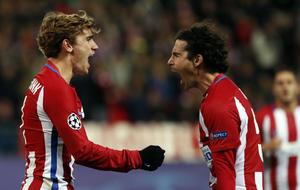 Griezmann celebra con Tiago tras marcar a pase de éste