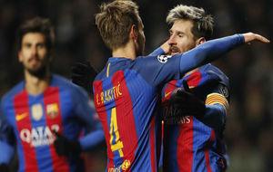 Rakitic felicita a Messi por uno de sus goles ante el Celtic de...