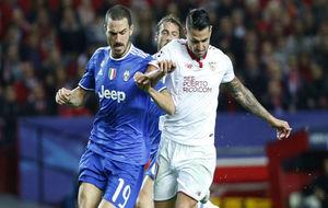 Bonucci y Vitolo, en el Sevilla-Juventus de Champions.
