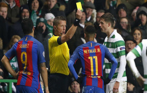 Neymar recibe una tarjeta amarilla durante el partido contra el Celtic