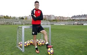 Álex Moreno posa para MARCA con varios balones en la Ciudad Deportiva...