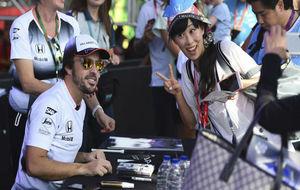 Alonso firma autógrafos en el Circuito de Yas Marina.
