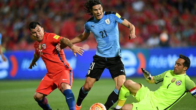 Medel pugna por el balón ante el uruguayo Cavani.
