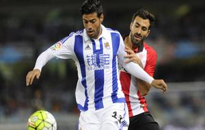 Carlos Vela pugna por el balón en el duelo ante el Athletic.