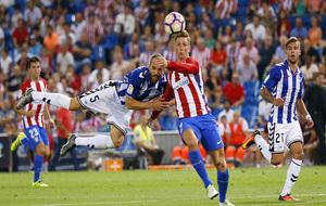Laguardia pugna por el balón ante Fernando Torres.