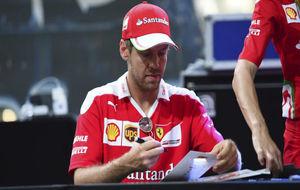 Sebastian Vettel firmando autógrafos.