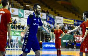 Rafael celebra el primer gol del Movistar Inter ante el Ekonomac.
