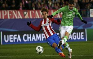 Griezmann, en el momento de evitar el gol de Gastón Pereiro.
