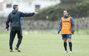 José Luis Martí (41) da órdenes a Vitolo (33) en un entrenamiento.