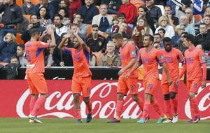 Los jugadores del Granada celebran el gol anotado en Mestalla la...