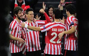 Los jugadores del Athletic celebran el gol de Aduriz.