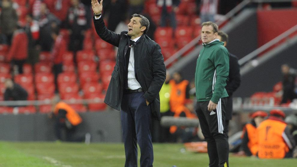 Valverde da órdenes desde el banquillo.