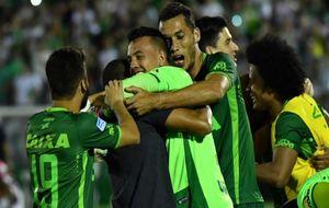 Los jugadores del Chapecoense celebrando su pase histórico a la final...