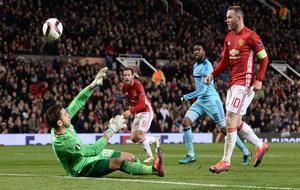 Wayne Rooney anota el primer tanto ante el Feyenord