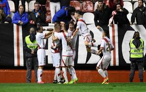 Los jugadores del Rayo celebran el tanto de la victoria ante el Girona