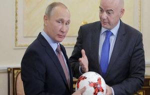 Putin con Infantino, presidente de la FIFA, en Moscú