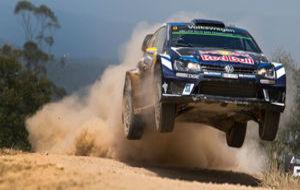 Andreas Mikkelsen da un salto con su Volkswagen.