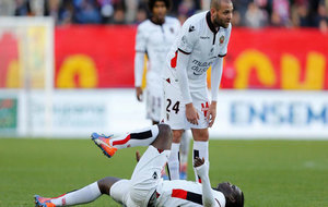 Balotelli se duele en el suelo durante un partido ante el Niza