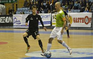 Vadillo golpea el balón ante la presencia de Antonio Diz.