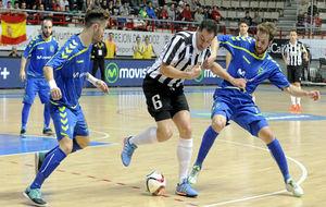 Pola y Rivillos presionan a un jugador del Dobovec esloveno.