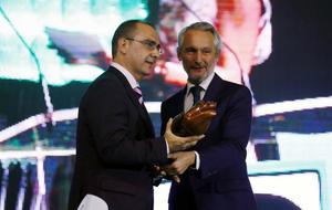 Ramón Osorio, director general de Onda Cero, entregó el premio a...