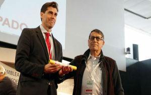 José María Odriozola entrega el testigo de la presidencia a Raúl...