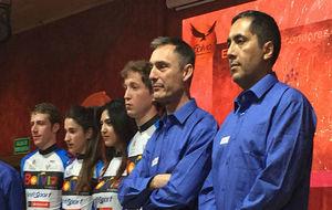 Laudelino Cubino, entre los corredores y el responsable boliviano...