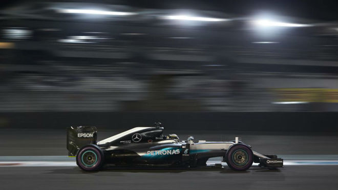 Hamilton pilota su Mercedes en el Circuito de Yas Marina.
