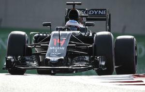 Alonso pilota su McLaren en el Circuito de Yas Marina.