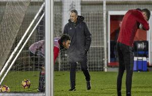 Joaquín Caparrós dirigiendo un entrenamiento del Osasuna
