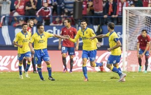 Vicente Gómez es felicitado por Roque Mesa tras su gol ante el...