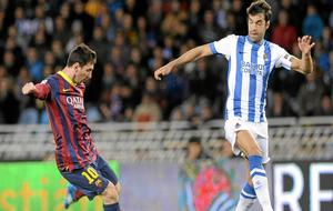 Prieto trata de impedir el disparo de Messi