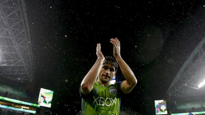 Lodeiro saluda en un partido con Seattle.