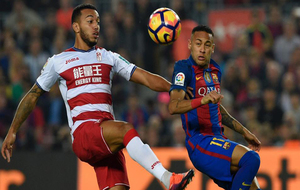 Vezo peleando un balón con Neymar