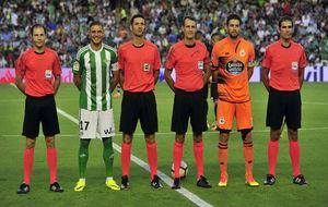 Foto de capitanes y árbitros en el partido de Liga de esta temporada