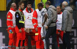 Dani Alves es retirado en camilla durante el Genoa-Juventus