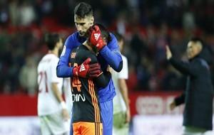 Sergio Rico (23) consuela a Gayá (21) al acabar el choque.