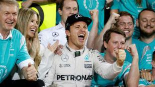 Rosberg celebra el campeonato con su mujer y su equipo.