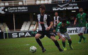 Rivera controla un balón ante la presión del jugador del...